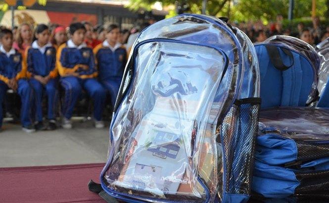 Alumnos usarán mochilas transparentes