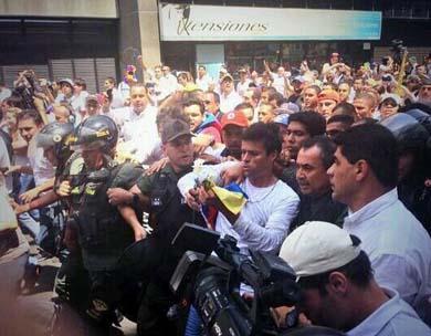 Se entrega a la policía el líder opositor venezolano