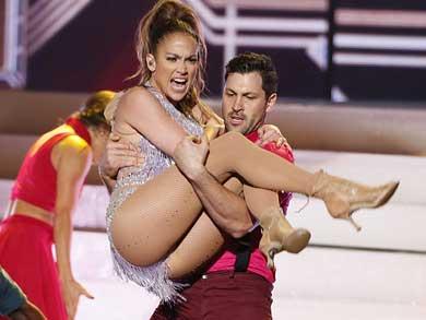 Cae JLo en los brazos de otro bailarín