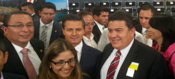 El Rector Gustavo Rodolfo Cruz Chávez con el Presidente Enrique Peña Nieto durante el anuncio de la Campaña Nacional de Promoción Turística y Agendas de Competitividad, celebrada en el Salón Adolfo López Mateos de la Residencia Oficial de Los Pinos.