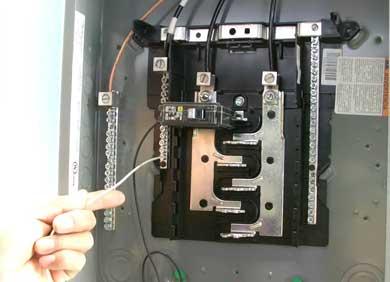 Se electrocutó cuando cambiaba un breaker