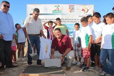 Colocan primera piedra de cancha en La Bocana