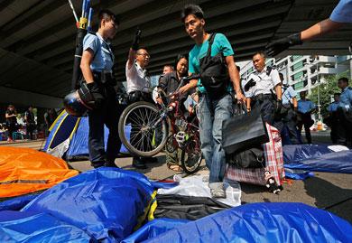 Desaloja policía de Hong Kong a manifestantes