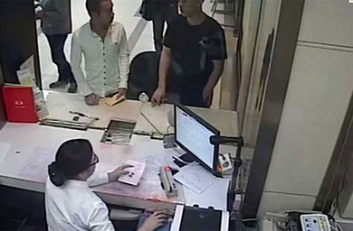 Coincidieron en el banco ladrón y su víctima