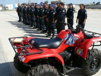 Entregan uniformes y patrullas a policías