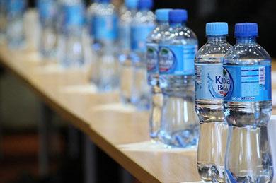 El agua embotellada, un riesgo para la salud
