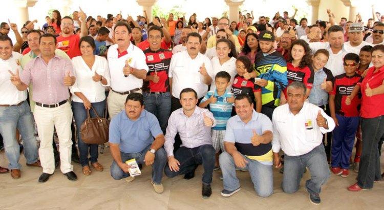 Ofrece Narciso rehabilitar infraestructura deportiva destruida por Odile
