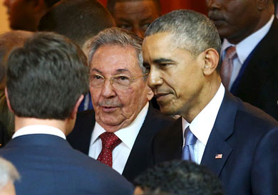 Obama y Castro se dan la mano