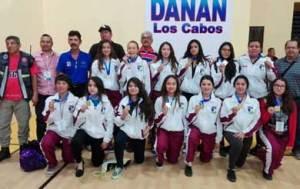Equipo de básquetbol femenil recibiendo sus medallas de oro.