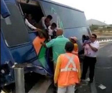 Casi se va al voladero un autobús de pasajeros
