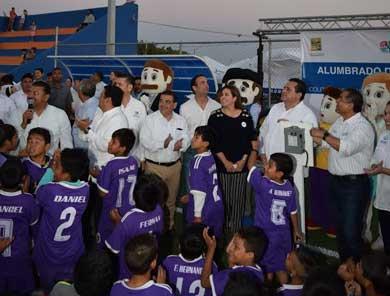 Inaugura Alcalde iluminación del campo de futbol en Las Palmas