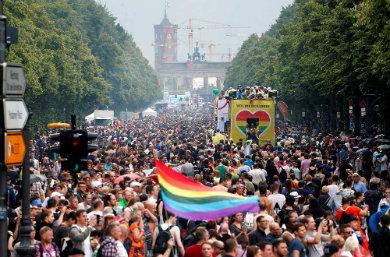 Celebran miles el orgullo gay en Berlín