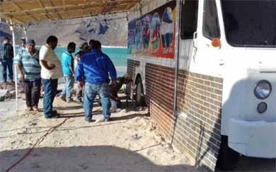 Desocuparán vendedores zona de playa de Balandra