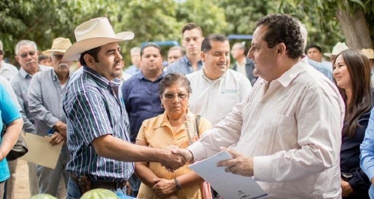 Entrega gobernador tractores y motores fuera de borda a productores