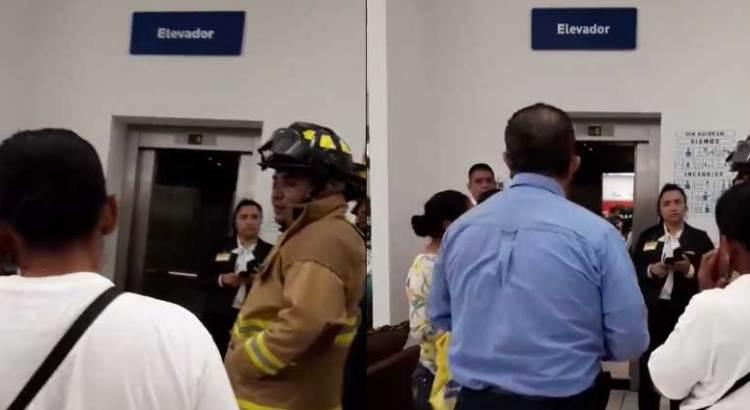 Quedó mujer atrapada en elevador de Coppel