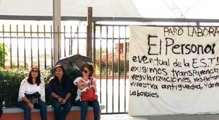 Se manifiestan docentes por designación de plazas