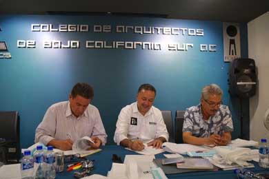 Firma García de León compromisos con Colegio de Arquitectos