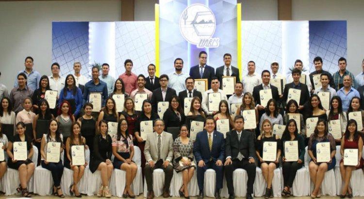 Entrega Rector de la UABCS títulos y grados académicos