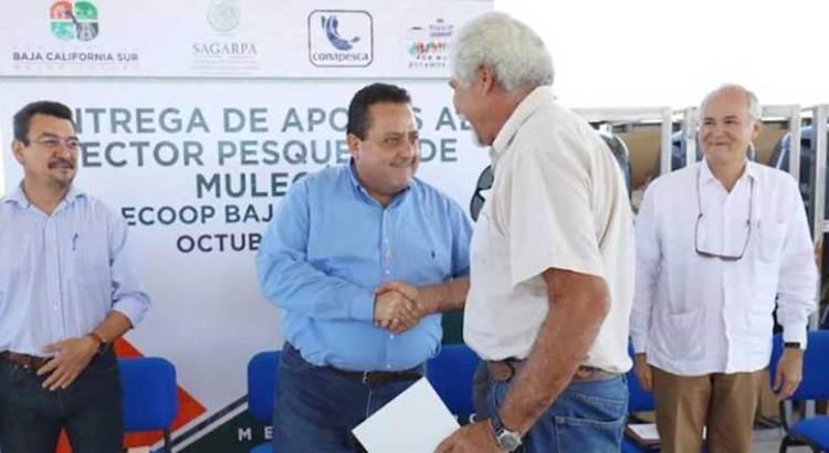 Entrega Gobernador apoyos a pescadores de la Zona Pacífico Norte