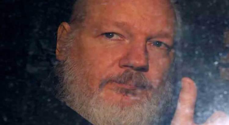 Pide padre de Assange a Australia extradición de su hijo