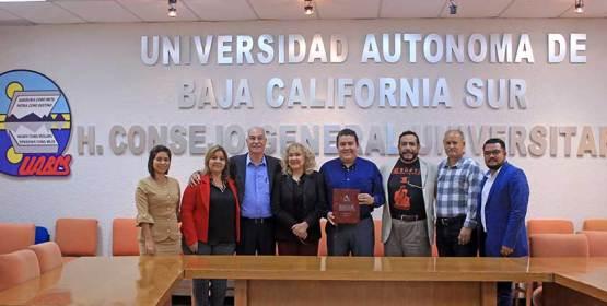 Donan acervo histórico a la UABCS