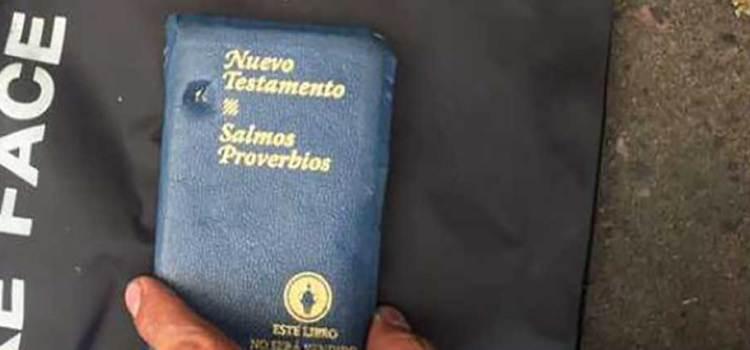 La biblia le salvó la vida