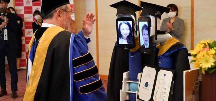 Reemplazan robots a estudiantes en su graduación