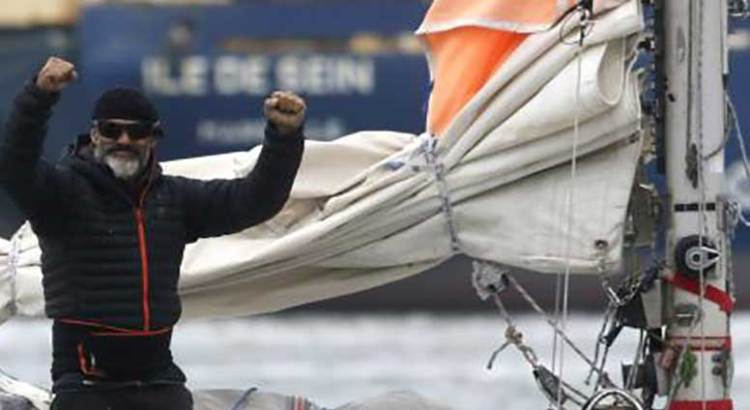 Para poder ver a sus padres, cruzó el Atlántico en velero