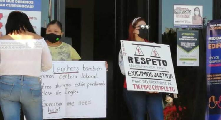 Se manifestaron maestros de inglés en la Secretaría de Finanzas