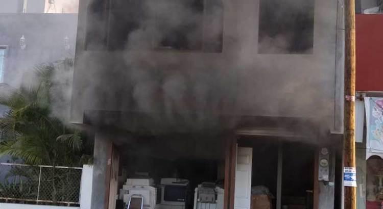 Sofocan bomberos incendio en pleno centro paceño