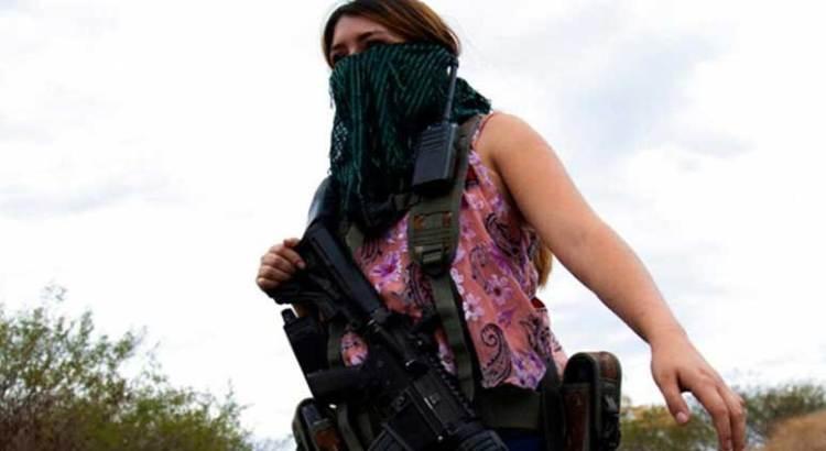Toman mujeres las armas en Michoacán