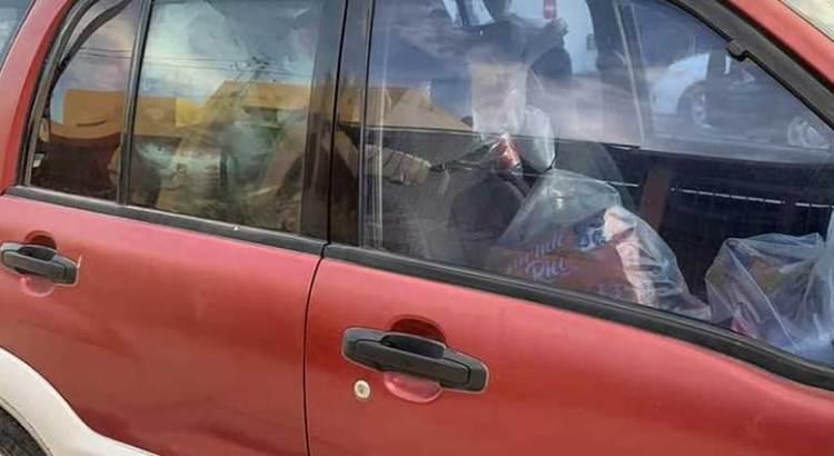 Detienen vehículo cargado de despensas