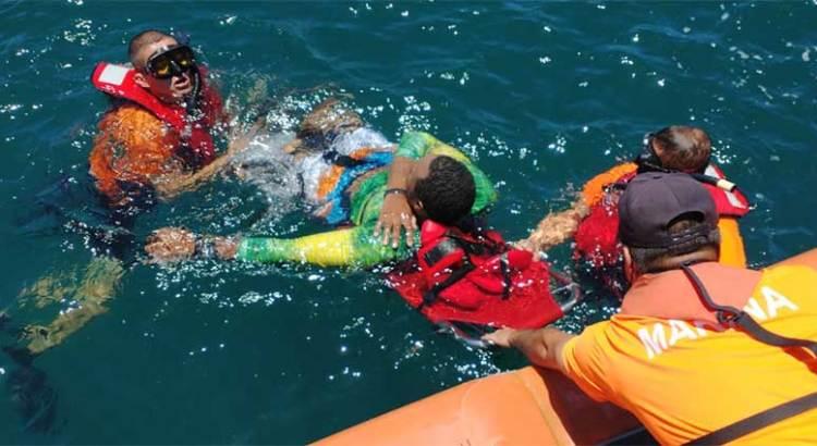 Rescata personal de la Armada a turista en la playa Coral Negro