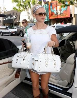 cd26b3310234 Великолепные аксессуары из кожи знаменитого модного дома порадуют любую  модницу. Сумки от итальянского бренда Versace (Версаче) по праву можно  считать ...