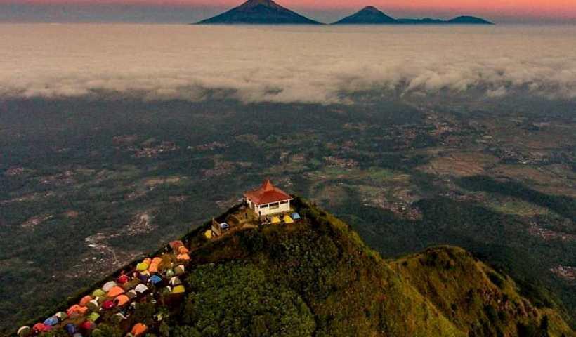 Foto aerial pemandangan Gunung Andong saat senja