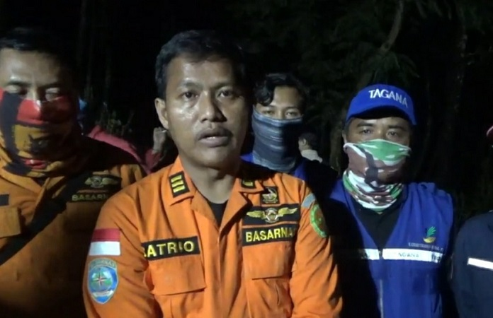 Komandan tim Basarnas Surabaya, Suryo, memberi keterangan tentang pendaki yang hilang di Gunung Butak ditemukan tewas