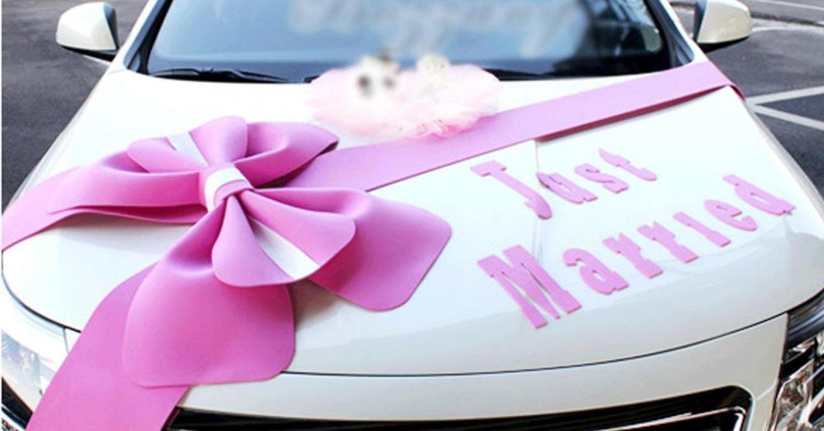 pita merah muda di kap mobil