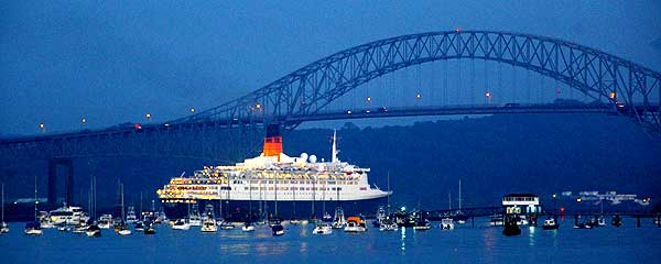 QE2 passes under the Centinnel Bridge on her final trans canal voyage