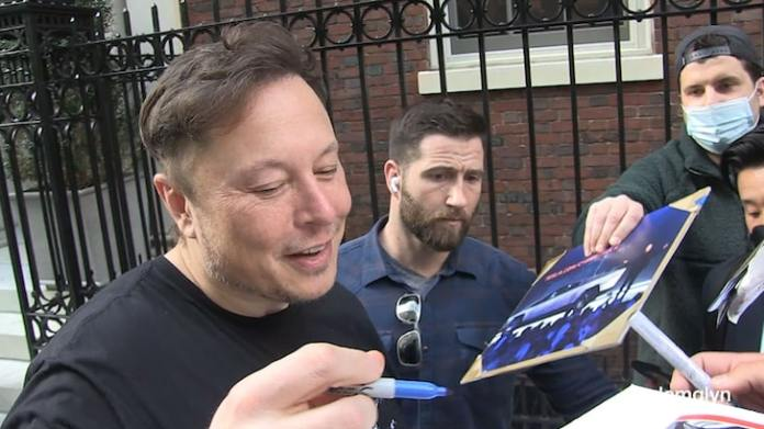 Elon Musk Arrives in NYC with Family, Brainstorms 'SNL' Ideas with Paps
