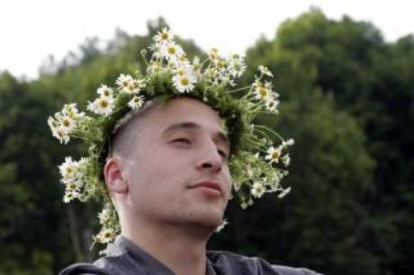 l&-39;homme-avec-une-couronne-de-fleurs_19-121109