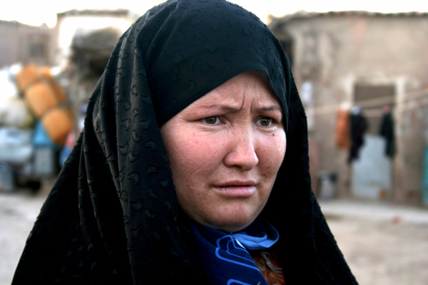 아프간의 소수민족이자 소수종교자인 하자랏 족 여인. 언어와 종교(시아 이슬람)때문에 이란으로 넘어온 하자랏족은 그러나 '무슬림 형제애'를 전혀 느끼지 못하고 있다.