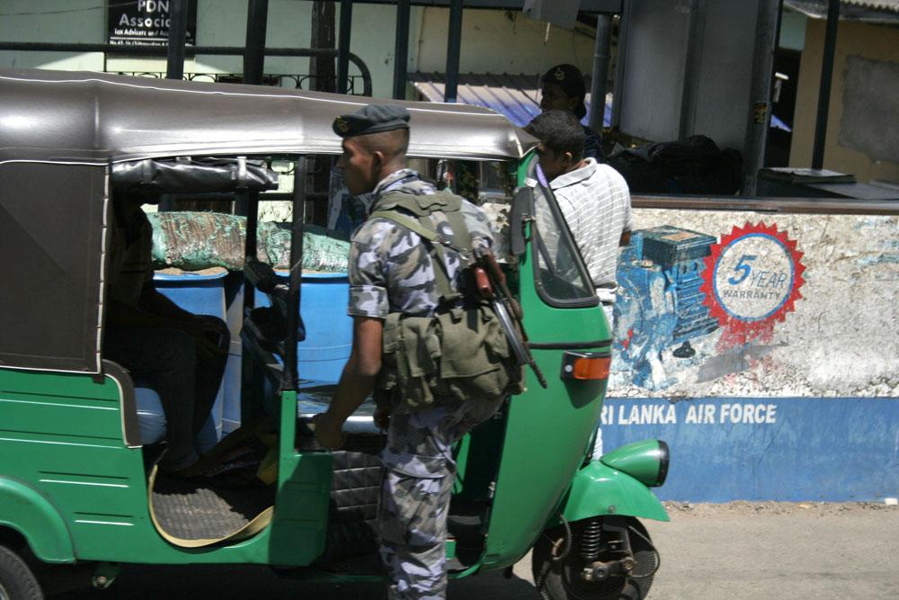 An keiner der vielen Straßenkontrollen in Colombo (oben) wird der »Weiße Van« gestoppt.(foto by Carla Lee)