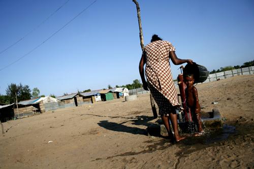 동부 피난민 캠프. 동부는 2007년 소위 '타이거로부터 해방'이 선언되었지만, 3년전 격렬했던 전투에 쫓겨 고향 트링코 말리를 떠난 난민들은 여전히 바띠깔로아 난민캠프에서 기약없는 세월을 보내고 있다. (Photo by Lee Yu Kyung)