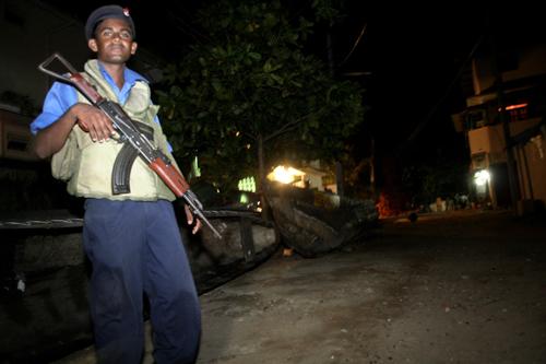 스리랑카 전역 어느 곳 보다도 보안군이 구석구석 자리잡고 있는 동부 트링코 말리에서 스리랑카 해군이 경계를 서고 있다. (Photo by Lee Yu Kyung)