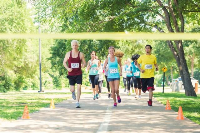 Bilde på levealdersjustering. Forskjellige aldersgrupper løper samme løp, men andre kommer i mål tidligere nn andre