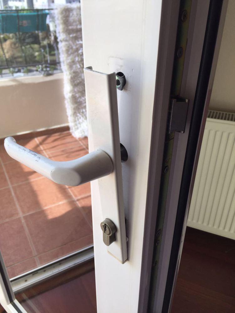 Kilitli kapı kolu