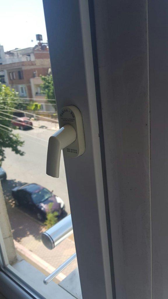 kırık pencere kolu