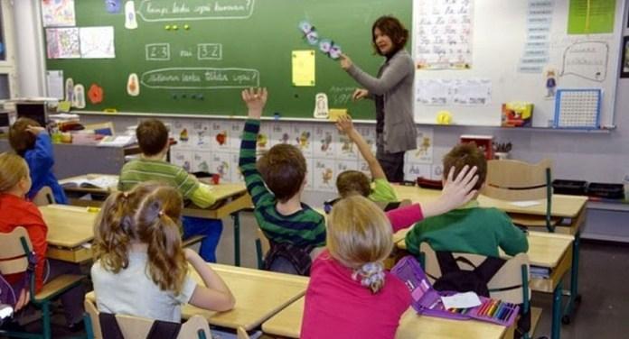 angkat tangan di kelas