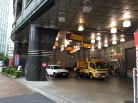 Японская заправка, на первом этаже многоэтажного здание.
