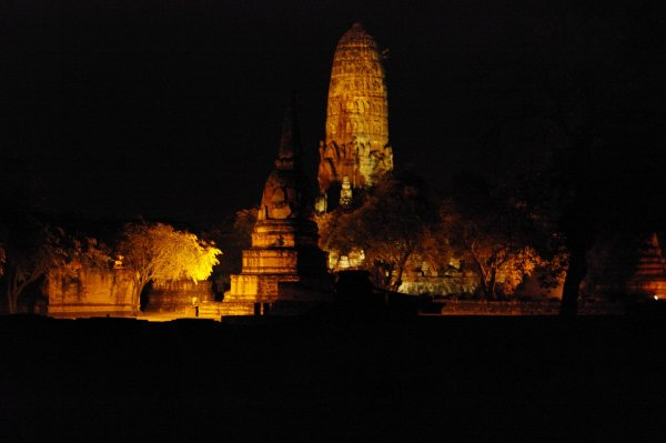 les temples anciens la nuit